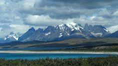 Azul dos lagos, ao fundo El Paine.