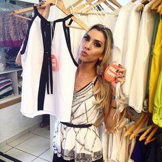 """A blogger e expert em moda @barbarabrunca já elegeu suas dez peças #MustHave da nossa coleção de Verão 2016, no #FashionTour MV da loja @maristelaboutique! Nossa tão amada blusa P&B não escapou do radar! #MariaValentina ___________________________________________ Temos a blusa bordada que ela está vestindo e a P&B ❤️  ••》Whatsapp 43 9148-2241 / 9148-2251  ☎  43 3254-5125.    Rua Rio Grande do Norte, 19 Centro - Cambé-Pr   Snap: lojacarolcamila    """"Jesus eu confio em vós!"""""""