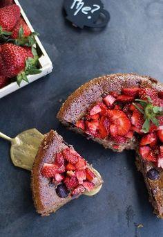 Schokoladen-Käsekuchen mit Blaubeeren und Erdbeer-Salat - Rezept auf www.gofeminin.de/kochen-backen/kaesekuchen-rezept-d52661c605701.html