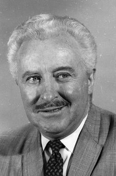 In MEMORY of DAVID WHITE on his BIRTHDAY - American stage, film and television actor best known for playing Darrin Stephens' boss Larry Tate on the ABC situation comedy Bewitched. Classic Movie Stars, Classic Tv, Classic Films, Hollywood Actor, Classic Hollywood, Old Hollywood, Agnes Moorehead, Elizabeth Montgomery, Bewitched Tv Show
