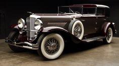 O Duesenberg J de 1930 foi o carro da viúva do fundador da American Tobacco Company, a empresa que produz o cigarro Lucky Strike, simbolo americano junto com a Coca-cola nas guerras mundiais. O carro foi entregue a ela no Halloween de 1930. Macabro né não? O valor do carro: US$ 1.045 milhões
