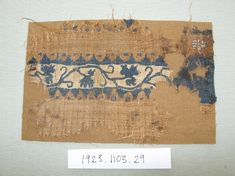 Fragment of tunic sleeve with paired tapestry bands. Decoration, in dark blue on a cream ground, of curving vine stems between cusped and dotted borders. Main colour of tunic, brown (naturally pigmented wool). Weaving Textiles, Tapestry Weaving, Roman Clothes, Medieval Embroidery, Natural Dye Fabric, Empire Romain, Ancient Rome, Embroidery Techniques, Roman Empire