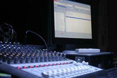 #LaModaSeEscucha desde los studios de Radio Femenina 102.5  Escúchanos también a través de www.femenina.com.sv  Los controles de trend studio listos para para hablar del look de Miley Cyrus