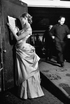 Just off runway, a model in Charles James ballgown looks over music (Bach) to be performed at Fashion Guild Award show, photo by Eliot Elisofon, October 1950 Charles James, Moda Vintage, Vintage Love, Vintage Photos, Vintage Glam, Vintage Bridal, People Reading, Woman Reading, Book People