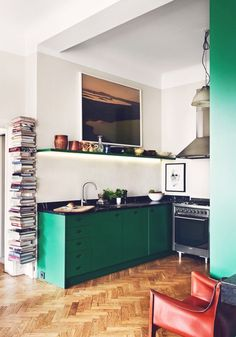 L& d& cuisine verte qui reste pourtant sobre The example of a green kitchen that remains sober Apartment Kitchen, Kitchen Interior, Kitchen Decor, Green Apartment, Kitchen Modern, Mens Kitchen, French Kitchen, Decorating Kitchen, Buy Kitchen