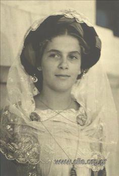 Εορτασμοί της 4ης Αυγούστου: γυναίκα με παραδοσιακή ενδυμασία από την Κέρκυρα, 1937. Nelly's (Σεραϊδάρη Έλλη)