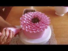 Nice Patrocinio shared a video Buttercream Designs, Buttercream Flower Cake, Cake Icing, Eat Cake, Cupcake Cakes, Cake Decorating Videos, Cake Decorating Techniques, Cookie Decorating, Frosting Techniques