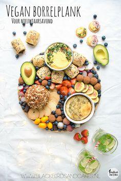 Vegan borrelhapjes voor en een feestje of op een vegan borrelplank. Met vegan kaas recepten, pompoenhummus en avocado truffels.