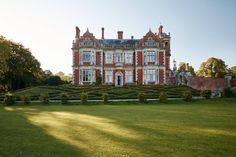 Taking on a Victorian country house of grand proportions in Shropshire, the interior designer Henri Fitzwilliam-Lay has enhanced its original details and combined them with the mid-century aesthetic for which she is known Interior Design Advice, Architectural Features, Old Hollywood Glamour, Autumn Garden, Victorian Homes, Georgian Homes, Traditional House, Old Houses, Architecture Details