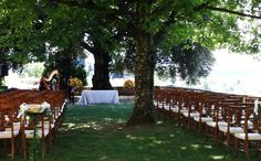 Ceremony set up with wooden chairs http://blancrievimenti.it