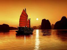 También es llamada La Bahía del Dragón Descendente. Ubicada en Quảng Ninh, esta maravilla rodea al viajero con aguas turquesa, enormes piedras calizas e islas en todos los tamaños y formas imaginables.
