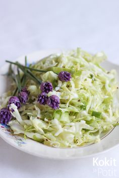 Nopea varhaiskaalisalaatti | Kokit ja Potit -ruokablogi Soup And Salad, Summer Recipes, Food Inspiration, Nom Nom, Cabbage, Recipies, Good Food, Food And Drink, Keto