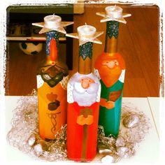 Candelabros de Reyes Magos hechos con botellas de vino pintadas Christmas Arts And Crafts, Christmas Mom, Christmas Projects, Holiday Crafts, Christmas Decorations, Xmas, Wine Bottle Art, Painted Wine Bottles, Bottle Cap Crafts