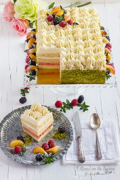 Cake with lime cream, strawberry cream and cream Lime Cream, Cupcakes, Strawberries And Cream, Relleno, Lima, Strawberry, Sweets, Table Decorations, Olives