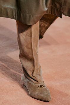 Apr 2020 - The complete Salvatore Ferragamo Fall 2020 Ready-to-Wear fashion show now on Vogue Runway. Salvatore Ferragamo, Minimalist Boots, Minimalist Fashion, Minimalist Style, Vogue Paris, Italian Fashion Designers, Leather Skin, Victoria Dress, Fall Shoes