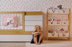 Cuarto infantil.lunares y cajas de guardado con caras.