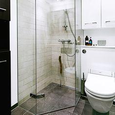 Mindre bad med plads til det hele Small Shower Room, Small Showers, Small Bathroom, Scandinavian Bathroom, Flat Ideas, Dream Bathrooms, Shower Doors, Fixer Upper, Room Inspiration