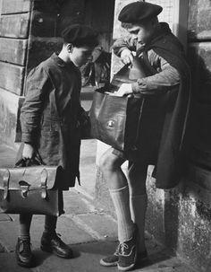 Paris 1950s - Photo: Ilse Bing.....reépinglé par Maurie Daboux.•*¨*•.¸¸✿