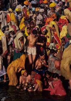 India photo by Steve McCurry Religions Du Monde, Cultures Du Monde, World Cultures, We Are The World, People Around The World, Steve Mccurry Photos, World Press Photo, Afghan Girl, Photo D Art