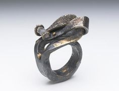 Ring | Gloria Carlos. Iron, 22ct gold with a rough Sapphire