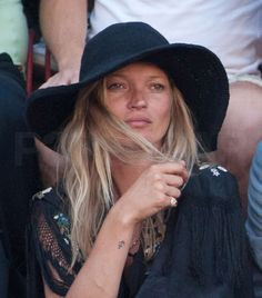 la modella mafia hats Kate Moss at Il Palio di Siena Horse Race 2010 Moss Fashion, Kate Moss Style, Queen Kate, Miss Moss, Wearing A Hat, Fashion Articles, Rosie Huntington Whiteley, Boho Gypsy, Festival Fashion