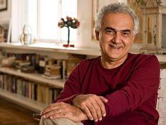 O escritor Milton Hatoum faz 63 anos em agosto e, para comemorar, o Catraca listou seus livros de romance e contos nas livrarias Cultura e Saraiva, que aceitam o Vale-Cultura da Sodexo