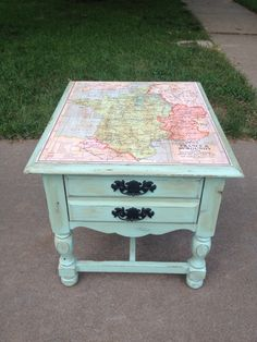 REDO BIG DESK/DRESSER LIKE THIS! BACK BOARD WITH MAP & PAINT/SAND THE REST BLUE GREEN Eine Landkarte die Möbel aufwertet :) Ich finde es genial!