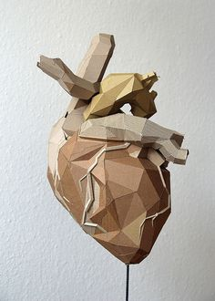 Sculpture maquette carton coeur triangles / Bartek Elsner Plus Cardboard Sculpture, Cardboard Art, Sculptures Céramiques, Sculpture Art, Le Cri, Medical Art, Medical School, Lunge, Anatomical Heart