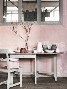 Vi dukar ljust och lätt, blandar porslin i rosa, vitt och ljusgrått - en vårlig skala av pasteller. GAMLEBY slagbord och stol, SOCKERÄRT vas, SKYN skål, ARV servis.