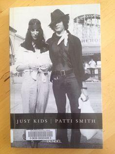 #autobiographie #art : Just kids - Patti Smith. C'était l'été où Coltrane est mort, l'été de l'amour et des émeutes, l'été où une rencontre fortuite à Brooklyn a guidé deux jeunes gens sur la voie de l'art, de la ténacité et de l'apprentissage. Patti Smith deviendrait poète et performeuse, et Robert Mapplethorpe, au style très provocateur, se dirigerait vers la photographie. Liés par une même innocence et un même enthousiasme, ils traversent la ville de Brooklyn à Coney Island, de la 42e…