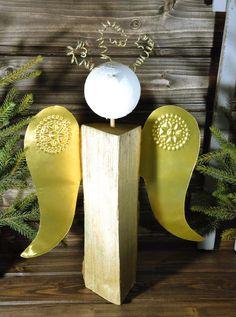 """Holzscheit-Engel mit Metall-Flügeln (Idee mit Anleitung – Klick auf """"Besuchen""""!) - Wer seinen Kaminholz-Engel lieber etwas glamouröser mag, der gestaltet die Flügel aus goldener Metallfolie und verpasst dem Engel güldene Löckchen."""