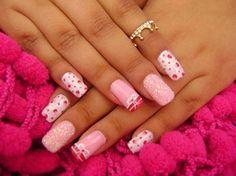 Unhas decoradas rosa poás.