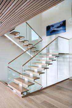 MELBY Vilje // Vilje med midtstilt vange, og glassrekkverk helt ned til gulvet. Trinnene er i eik, fargebehandlet etter gulvprøve. Railing Design, Stair Railing, Staircase Design, Door Design, Luxury Staircase, Escalier Design, Modern Stairs, Modern House Design, Stairways