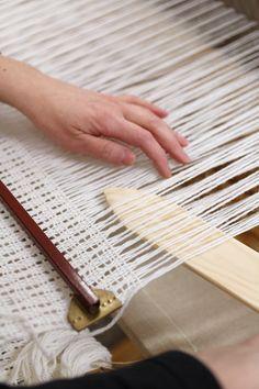 Pitsipoiminta on hauskaa eikä ollenkaan hidasta. Tai ei ainakaan tunnu hitaalta, niin mukava sitä on tehdä. Manteli-shaalin poimintaa, Mallikerta nro 1/2011. Weaving Projects, Weaving Techniques, Thesis, Loom, Rugs, Crochet, Recipes, Weaving Looms, Chiffon