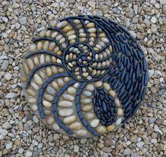 Some of the DIY Garden Mosaics Projects Mosaic Rocks, Mosaic Stepping Stones, Pebble Mosaic, Pebble Art, Mosaic Art, Mosaic Glass, Rock Mosaic, Pebble Stone, Stone Art