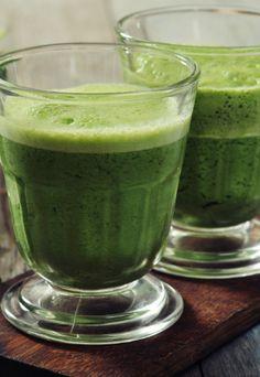 Suco de couve, coloque duas ou três folhas no liquidificador e junte o suco de duas laranjas