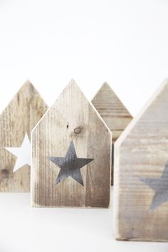 HUS met ster, in wit en metallic zilver, designed by ONSHUS, www. Wood Block Crafts, Wood Blocks, Wood Crafts, Diy And Crafts, Diy Projects To Try, Wood Projects, Woodworking Projects, Pintura Country, Diy Holz
