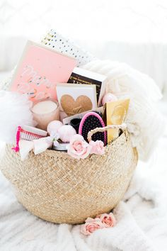 Trendy Gifts For Mom Basket Survival Kits Diy Gifts For Mom, Diy Mothers Day Gifts, Gifts For New Moms, Parent Gifts, New Baby Gifts, Baby Presents, New Mom Gift Basket, Baby Shower Gift Basket, Baby Baskets