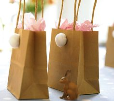 Una cola de algodón para dar personalidad a las sencillas bolsas para los regalitos en una fiesta primavera o una fiesta Pascua / Little cotton tails give personality to these simple paper bags which hold the party favours for a spring or Easter party