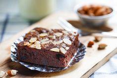30 perces, mandulás brownie, ami belül olyan lágy, mint a vaj Paleo Brownies, Banana Bread, Cupcakes, Sweets, Food, Sweet Pastries, Cupcake, Goodies, Essen