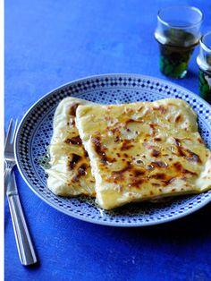 セモリナ粉を使ったモロッコのクレープ。ぱりっと固い食感が特徴。甘いはちみつをたっぷりかけていただくのがモロッコ流。|『ELLE a table』はおしゃれで簡単なレシピが満載!