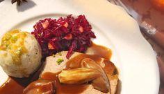 Gerade zu festlichen Anlässen, aber auch sonst, um Bekannte zu erfreuen, ist ein Rinderbraten mit Schalotten in Rotweinsauce gut geeignet.