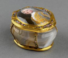 CHRISTIAN FRIEDRICH ZINCKE (1683/4-1767) Agate snuff box with inset miniature of Robert Darcy, 4th Earl of Holdernesse (1718-1778), the interior with miniature of an unknown man, previously identified as the Duke of Schomberg. 1740-50 Agate, gold, enamel, glass; miniature: enamel Edwardian Jewelry, Snow Globes, Agate, Duke, Miniatures, Carving, Christian, Interior, Beautiful Things