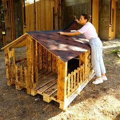 Dog House Plans, Pallet Dog House, Dog House From Pallets, Dyi Dog House, Homemade Dog House, Pallet House Plans, Large Dog House, Build A Dog House, Puppy House