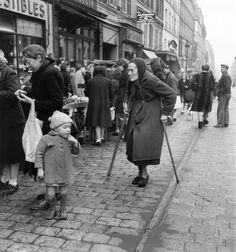 France. Dans la rue de Ménilmontant, Paris, 1947 // Willy Ronis