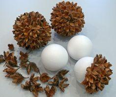 Dekokugel aus Naturmaterialien basteln - Styroporkugeln mit Bucheckern bekleben