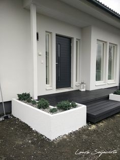 Komposit / UPM ProFi Design Deck / Night Black / Terrasser / Front Terrass / Black Gravel / White Co Modern Landscaping, Front Yard Landscaping, Backyard Patio, Interior Garden, Garden Landscape Design, Decks And Porches, White Home Decor, Outdoor Living, Outdoor Decor