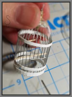 Miniature Bird Cage Tutorial No soldering! Dollhouse Tutorials, Diy Dollhouse, Dollhouse Miniatures, Haunted Dollhouse, Miniature Tutorials, Miniature Crafts, Miniature Houses, Miniature Dolls, Miniature Furniture