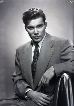 Wow, a young William Shatner, Newton Photographic Associate. Kirk in Star Trek the original tv show on in the mid He also was on Twilight Zone & OuterLimits. He is still on sit coms and on late night shows. William Shatner, Star Wars, Star Trek Tos, Vintage Hollywood, Classic Hollywood, Leonard Nimoy, Star Trek Universe, Hollywood Stars, Famous Faces