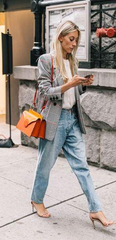 it girl - calca-jeans-blazer-xadrez-bolsa-laranja - xadrez - meia estação - street style | O blazer xadrez perde toda a sua caretice quando combinado com uma camisa branca e calça boyfrend. A sandália de tiras finas e salto agulha deixam a composição mais feminina.